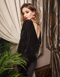 Aksamitna sukienka wieczorowa z odsłoniętymi plecami mini