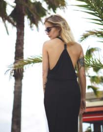 sukienka z odsłoniętymi plecami